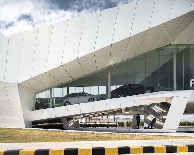 Honda nakornchaisri bangkok ledbox for Car showroom exterior design